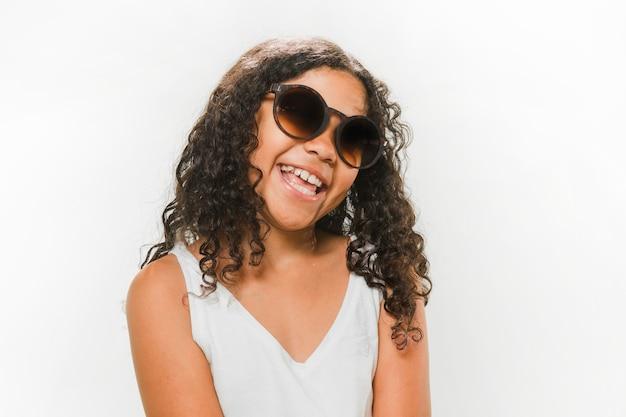 Feliz, menina, desgastar, óculos de sol Foto Premium