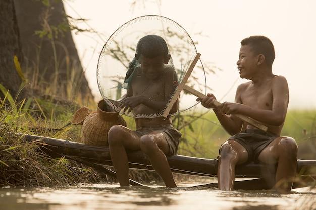 Feliz, menino asiático, amigo, ligado, arroz, verde, campo, durante, manhã, tempo Foto Premium
