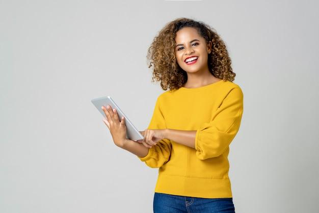 Feliz, mulher americana africana, usando, dela, dispositivo eletrônico Foto Premium
