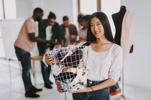 Feliz, mulher asian, é, cesta segurando, com, pano Foto Premium