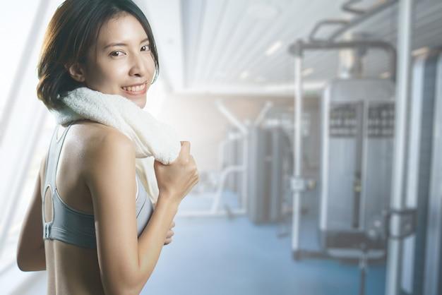 Feliz mulher asiática no centro de ginástica Foto Premium