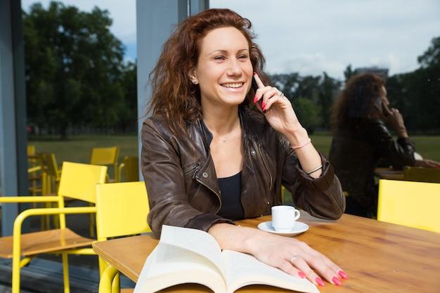 Feliz, mulher bonita, chamando, amigo Foto gratuita