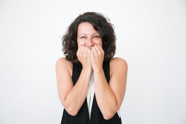 Feliz mulher excitada em casual regozijando-se com surpresa Foto gratuita