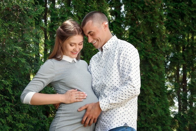 Feliz, mulher grávida, par familiar, parque Foto Premium