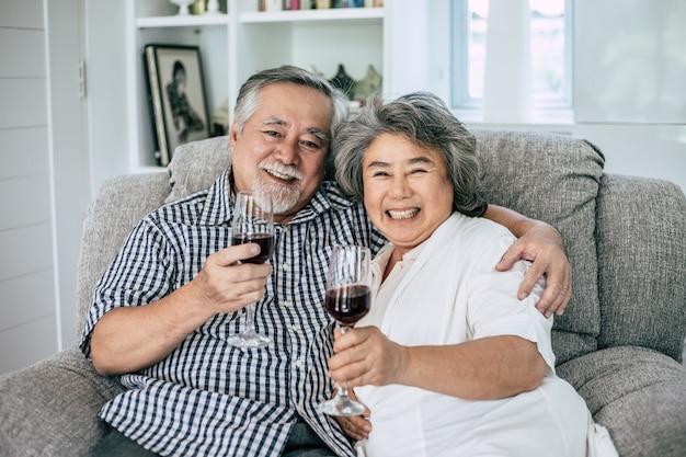 Feliz, mulher idosa, e, dela, marido, vinho bebendo, e, felicidade Foto gratuita