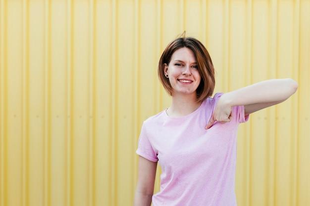 Feliz, mulher jovem, apontar dedo, para, mesma Foto gratuita