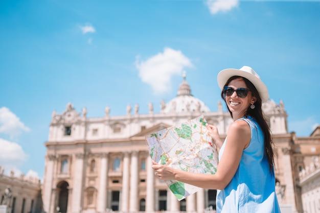 Feliz, mulher jovem, com, cidade, mapa, em, cidade vaticano, e, st, igreja basilica peter, roma, itália, Foto Premium