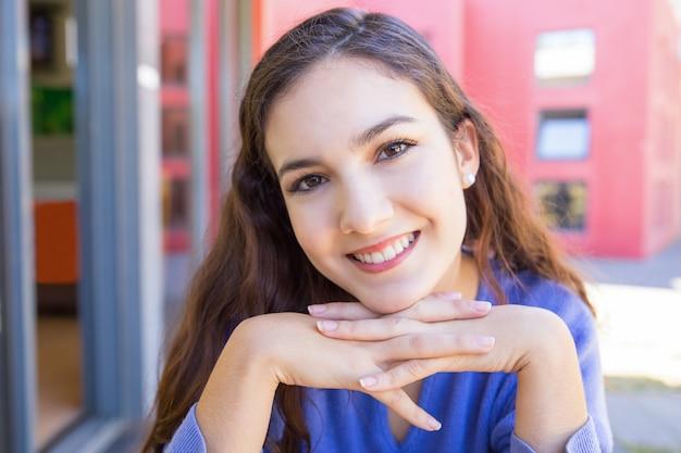 Feliz, mulher jovem, sorrindo, câmera, ao ar livre Foto gratuita