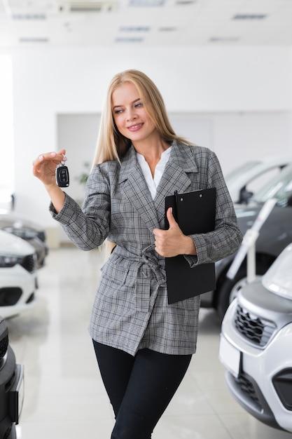 Feliz mulher segurando as chaves do carro Foto gratuita