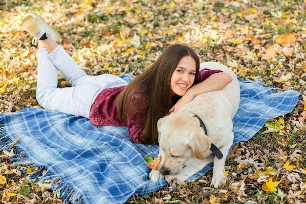 Feliz mulher segurando seu labrador Foto gratuita