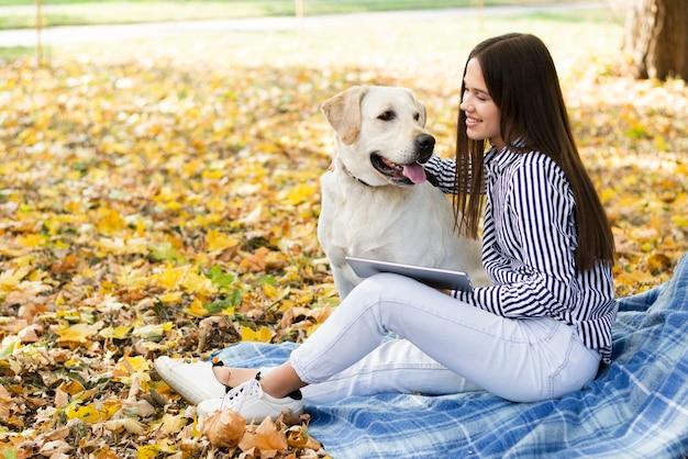 Feliz mulher segurando sua melhor amiga Foto gratuita
