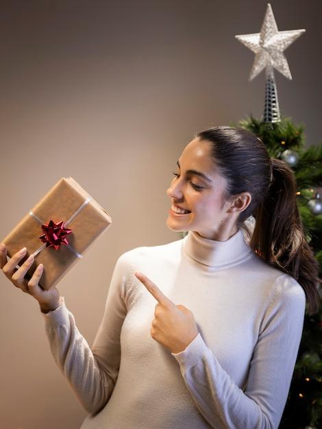 Feliz mulher segurando um presente Foto gratuita