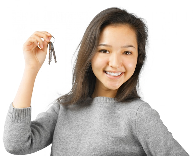 Feliz mulher segurando uma chave de carro Foto Premium