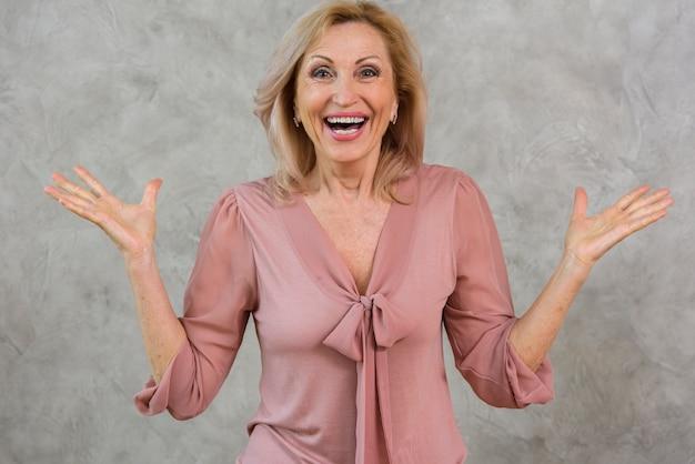 Feliz mulher sênior olhando surpreso Foto gratuita