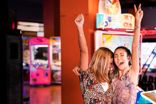 Feliz, mulheres, em, um, divertimento, arcada Foto gratuita