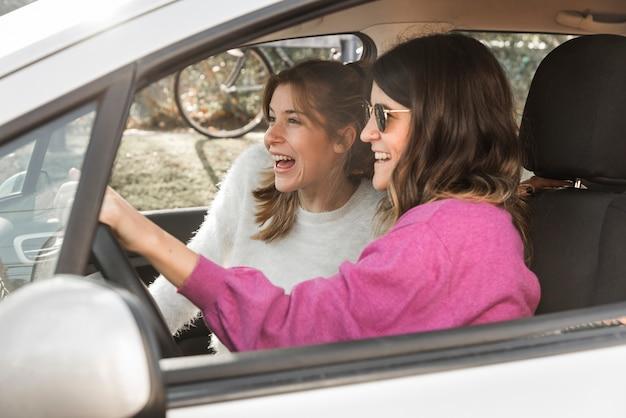 Feliz, mulheres, montando, car Foto gratuita