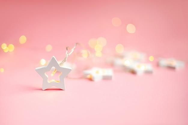 Feliz natal e boas festas banner e cartão de felicitações. . estrelas de madeira em um bokeh amarelo da luz de natal com espaço da cópia. tema do feriado de inverno wallpaper. Foto Premium