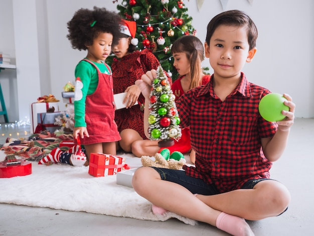 Feliz natal e boas festas com pessoas internacionais Foto Premium