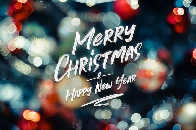 Feliz natal e feliz ano novo palavra bokeh abstrato de luzes de bola e corda na árvore de natal Foto Premium