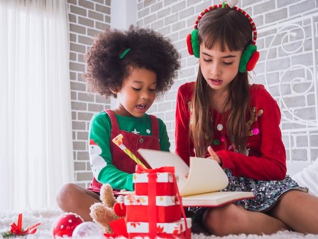 Feliz natal e feliz feriado com criança internacional Foto Premium
