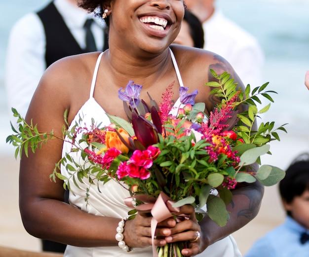 Feliz noiva e noivo em uma cerimônia de casamento em uma ilha tropical Foto gratuita
