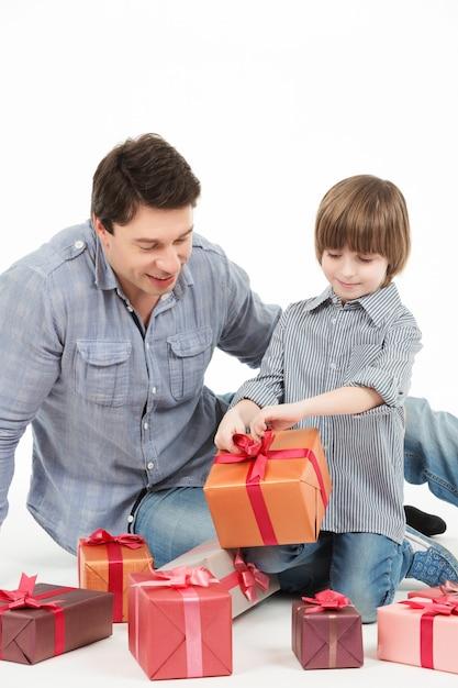 Feliz pai e filho com caixa de presente Foto Premium