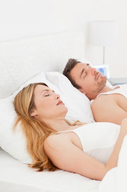 Feliz par em sua cama Foto Premium