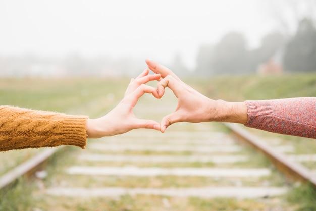 Feliz, par jovem, mostrando, gesto coração Foto gratuita