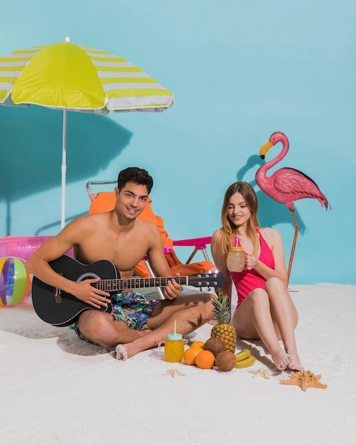 Feliz, par jovem, relaxante, praia Foto gratuita