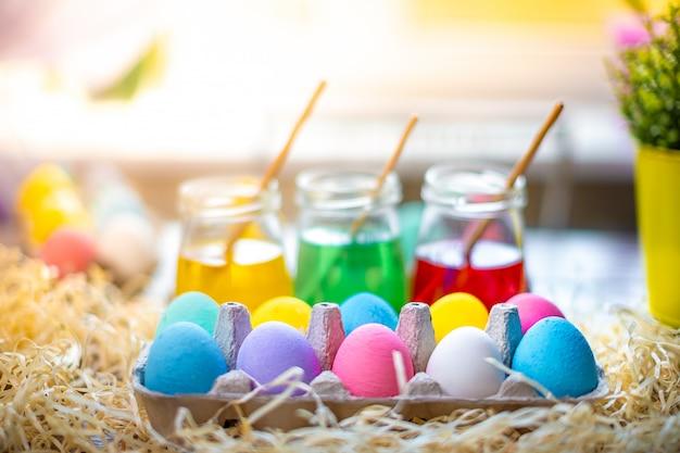Feliz páscoa com ovos coloridos na cesta. decoração de mesa para férias. Foto Premium