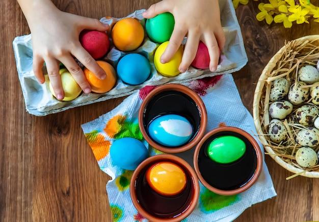 Feliz páscoa. foco seletivo de ovos. Foto Premium
