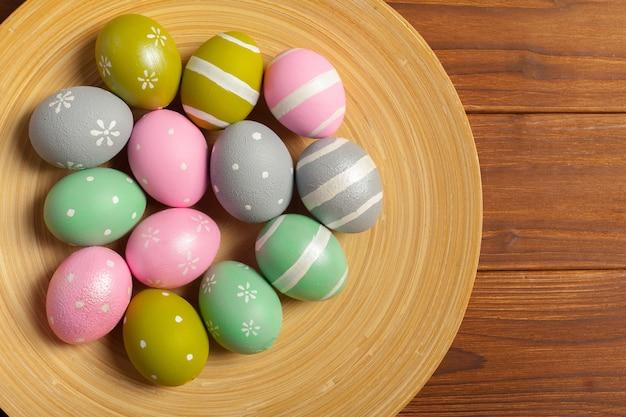 Feliz páscoa! ovos de páscoa no woode Foto Premium