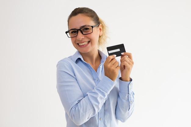 Feliz programa de fidelidade de publicidade de portador de cartão feminino Foto gratuita