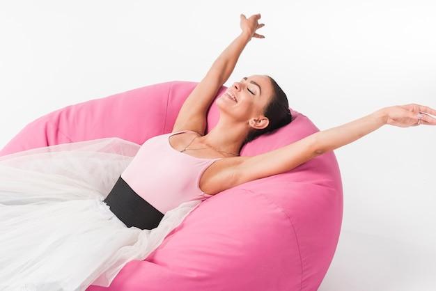 Feliz, relaxado, bailarina, mentindo, ligado, a, cozy, bolsa feijão Foto gratuita