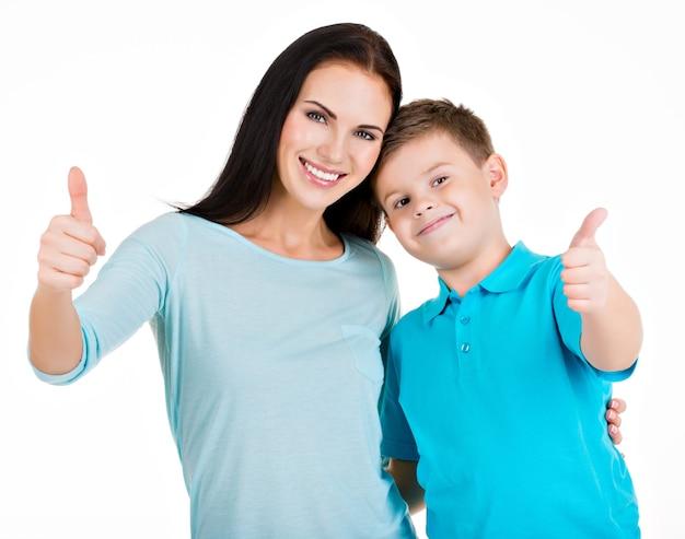 Feliz sorridente jovem mãe com filho. isolado no branco Foto gratuita