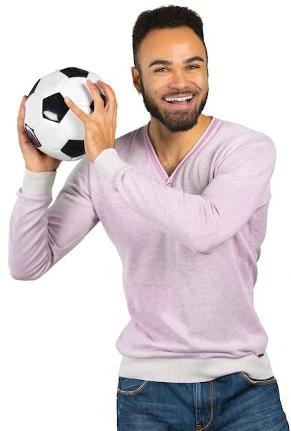 Feliz, sorrindo, homem africano, mostrando, futebol Foto Premium