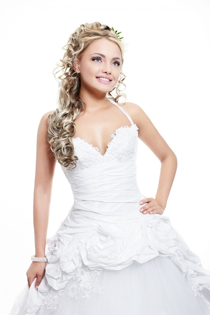 Feliz sorrindo linda noiva vestido de noiva branco com penteado e maquiagem brilhante Foto gratuita