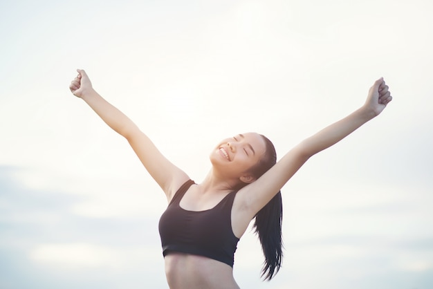 Feliz, sorrindo, mulher atlética, com, braços outstretched Foto gratuita