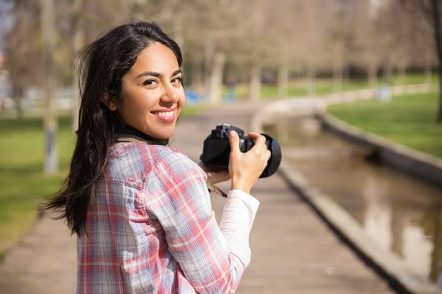 Feliz turista excitado tiro marcos Foto gratuita