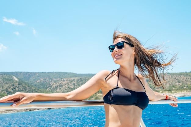 Feliz turista feminina se divertindo em veleiro Foto Premium