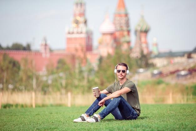 Feliz, urbano, homem jovem, desfrute, seu, partir, cidade Foto Premium