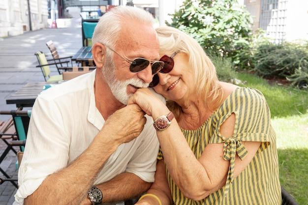 Feliz velho beijando ladys mão Foto gratuita