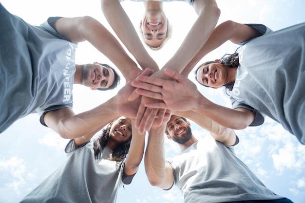 Feliz voluntário juntando as mãos Foto Premium