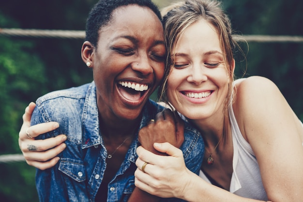 Felizes amigos abraçados Foto Premium