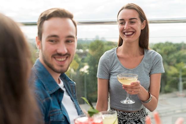 Felizes amigos em uma festa de terraço Foto gratuita