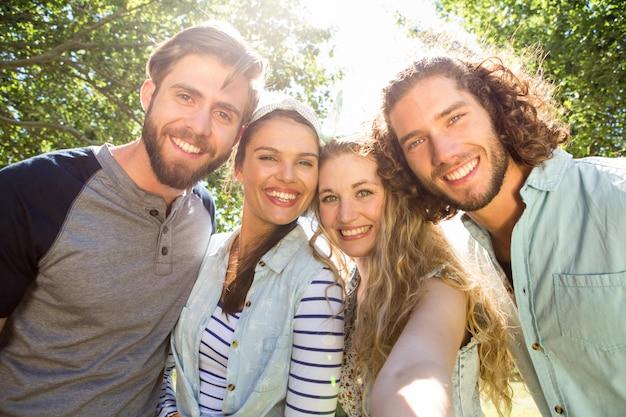 Felizes amigos tomando uma selfie Foto Premium