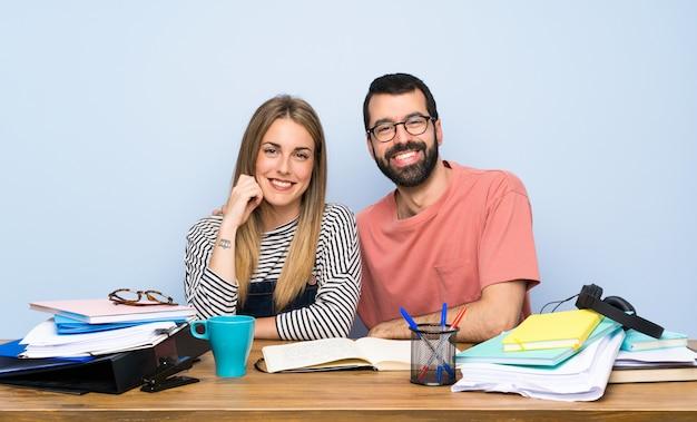 Felizes dois estudantes com muitos livros Foto Premium