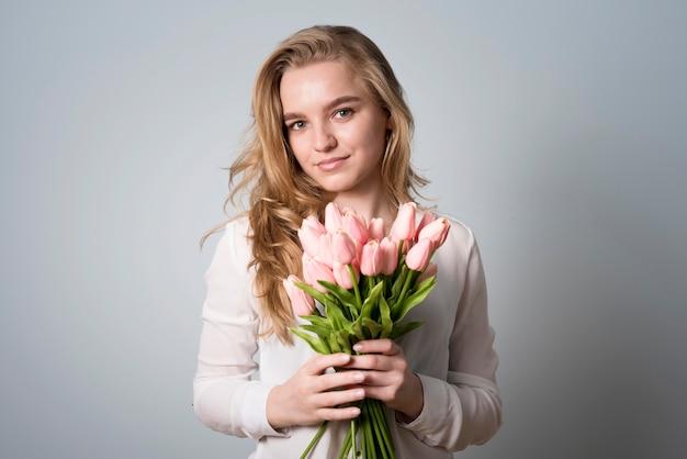 Fêmea encantadora com buquê de flores Foto gratuita