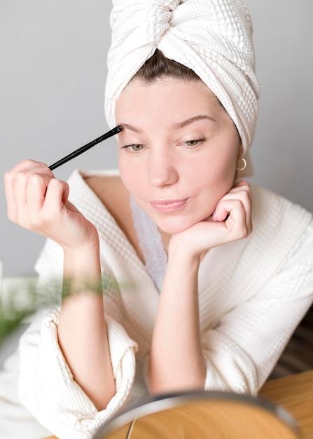 Fêmea fazendo as sobrancelhas Foto gratuita