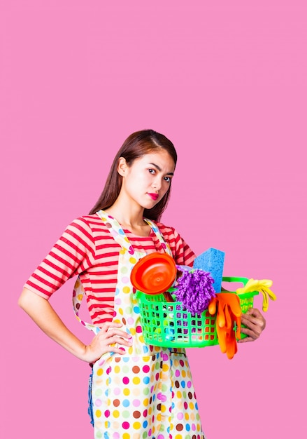 Fêmea jovem empregada com material de limpeza Foto gratuita